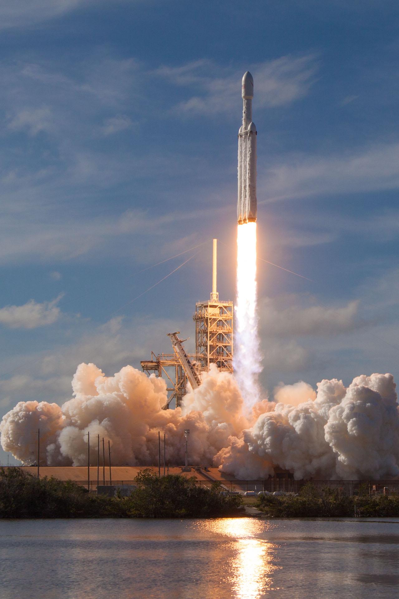 Falcon_Heavy_Demo_Mission_(40126461851)_-_cropped[1]